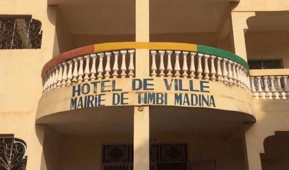 A la devanture de la Mairie de Timbi-Madina