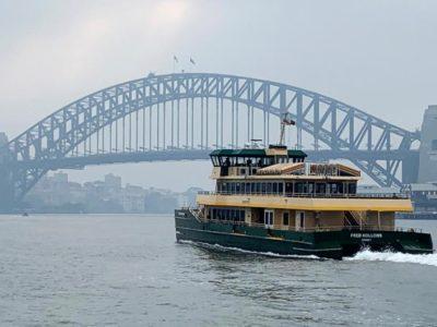 Un ferry passe non loin du Sydney Harbour Bridge.