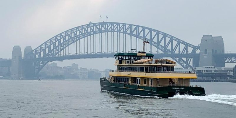 Un ferry passe non loin du Sydney Harbour Bridge.