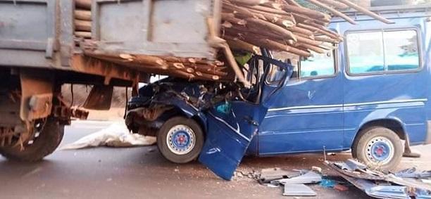 L'image du minubus transportant les joueurs de Wakriya AC heurtant un camion, bilan trois morts