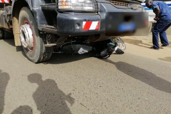 Un camion percute une moto dans un accident de circulation