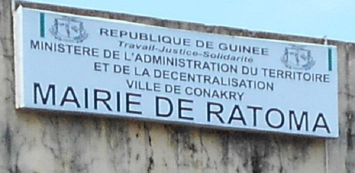 Une plaque indiquant la mairie de Ratoma