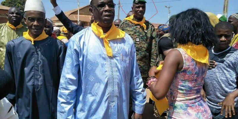 Le Colonel Moussa Tiegboro Camara, portant autour de son cou un foulard du RPG arc-en-ciel