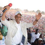 Cellou Dalein Diallo devant une foule de militants lors d'un meeting