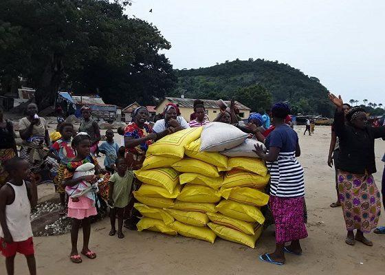 Ces femmes se réjouissent et remercient la Fondation Diaka Camara pour les avoir donné des kits alimentaires