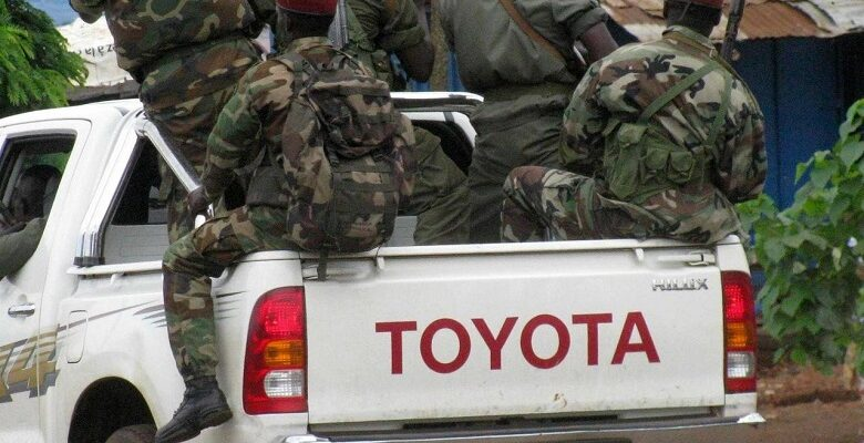 Des bérets rouges dans un pick-up militaire