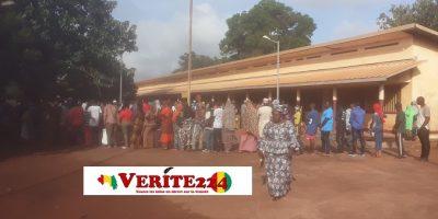 Des électeurs devant un bureau de vote à Labé