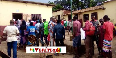 Des électeurs devant un bureau de vote de l'école primaire Daouda Sangaré (photo d'illustration)