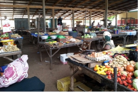 Des femmes marchandes étales leurs condiments dans un marché de fortune (image d'illustration)