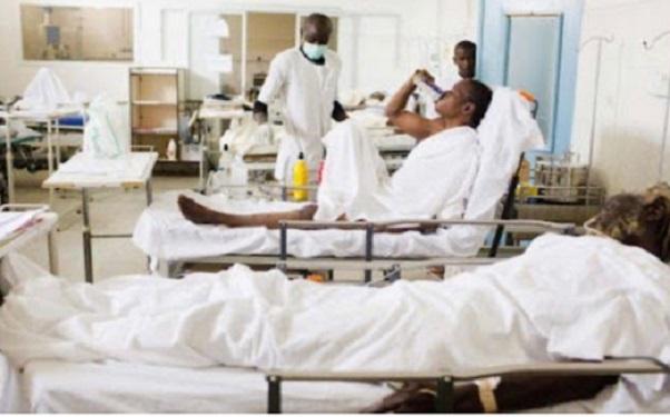 Des malades du coronavirus avec des membres du personnel médical (image d'illustration)