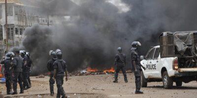 Des policiers anti-émeutes lors d'une violente manifestation à Conakry (image d'illustration)