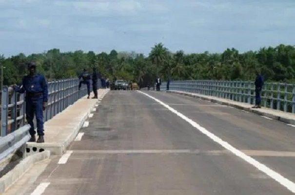 Un pont d'une rivière (photo d'illustration)