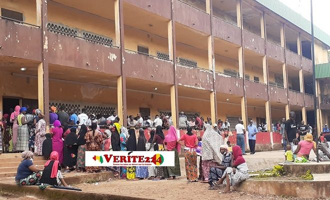 Une longue rangée d'électeurs à Nassouroulaye le jour du vote