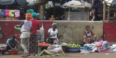 Ces femmes vendeuses traversent les murettes pour vendre leurs marchandises