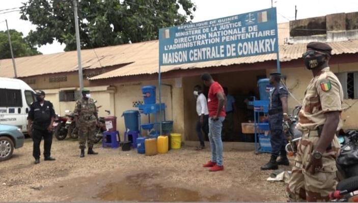 Dans la cour de la maison centrale de Coronthie, la plus grande prison de la Guinée