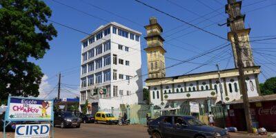 Dans une rue Conakry à côté d'une mosquée (image d'illustration)