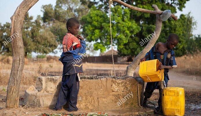 Des enfants en train d'obtenir de l'eau d'un puits (photo d'illustration)