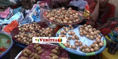 Des femmes au marché en train de vendre des condiments, illustration de la hausse des prix