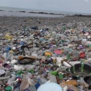 Des ordures au bord de la mer dans une plage de Conakry