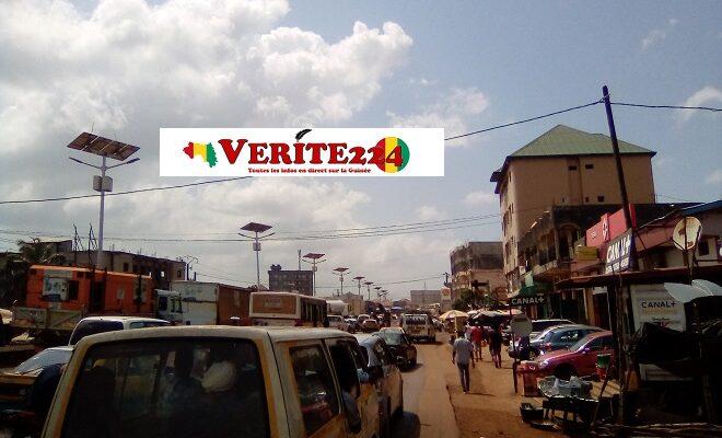 Embouteillage dans la circulation de la route à Conakry