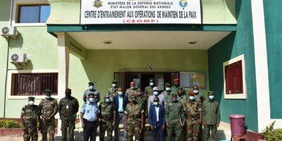 Photo de famille lors de la formation de plusieurs encadreurs et instructeurs du Centre d'Entrainement aux Opérations de Maintien de la Paix (CEOMP)