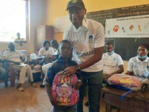 Remise des kits scolaires à un élève de l'île de Fotoba