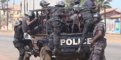 Un pick-up rempli des policiers lors d'une manifestation à Conakry
