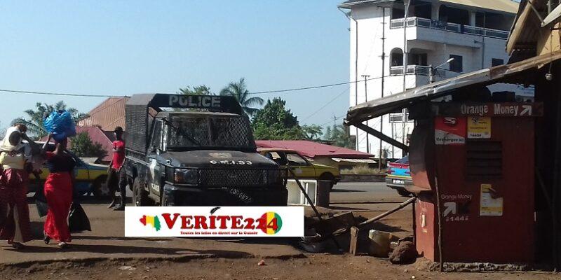 Un véhicule de police garée à Wanindara après des violentes manifestations