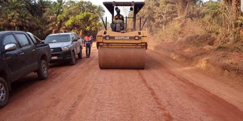 Une machine entrain de réfectionner une piste rurale