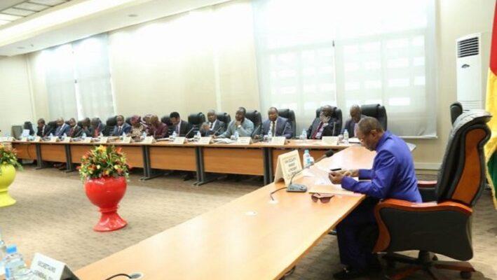 Alpha Condé en train de présider un conseil des ministres