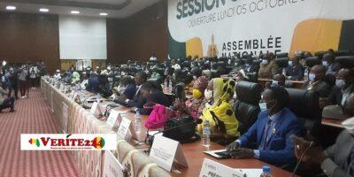 Dans l'enceinte de l'Assemblée nationale où des députés débattent sur le projet de loi de finances