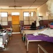 Dans une salle où des patients sont alités à l'hôpital régional de Labé