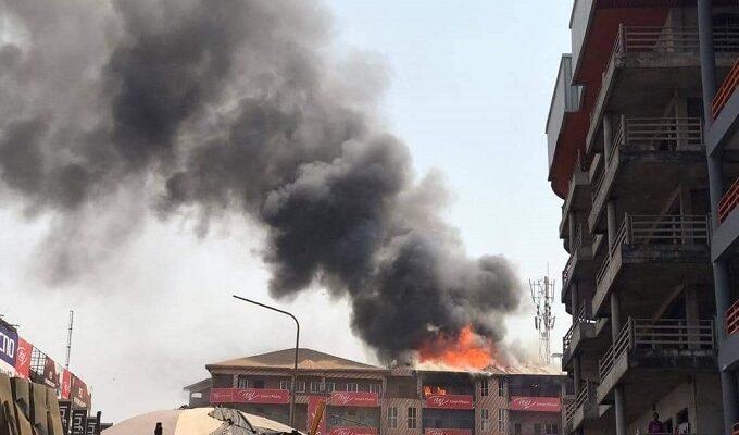 De la fumée aperçue dans un magasin d'un immeuble à Madina lors d'un incendie (image d'illustration)