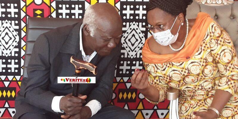L'ambassadrice Maria Cuandina de Carvalho avec le Colonel Joseph Gbagbo Zoumanigui
