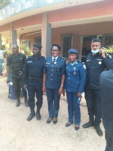 La Commissaire Marie Gomez avec certains officiers de l'OPROGEM