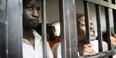 Des détenus derrières les barreaux (image d'illustration)