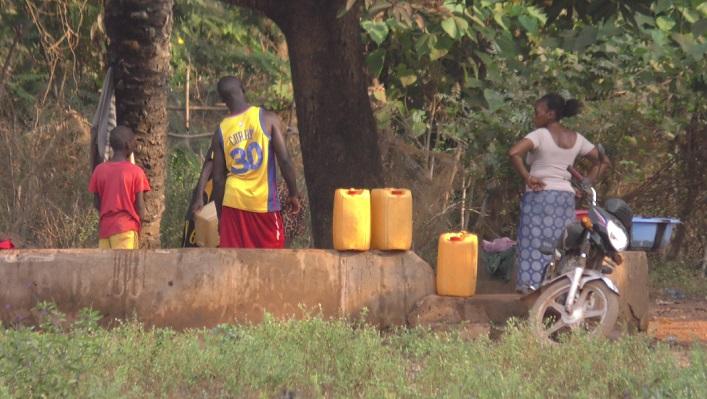 Des habitants de l'île de Kassa en train de puiser de l'eau