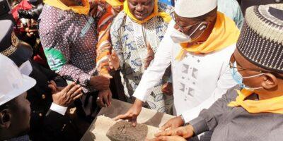 Malick Sankon, Directeur général de la Caisse nationale de la sécurité sociale (CNSS) en train de poser la première pierre de l'agence CNSS-Boké