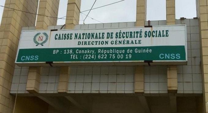 A l'entrée de la Caisse nationale de la sécurité sociale (CNSS)