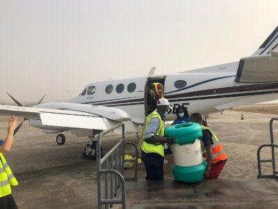 Déchargement des vaccins anti-Ebola de l'intérieur d'un avion affrété par UMS