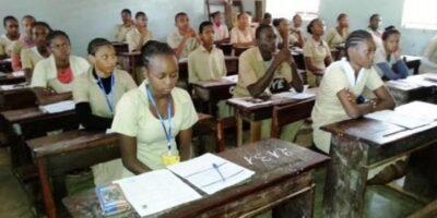 Des élèves dans une école à Labé