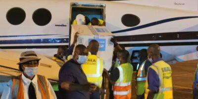 Des vaccins en train d'être débarqués d'un avion affrété par UMS