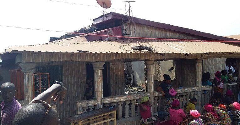 L'incendie qui a détruit cette maison a été provoqué par un court-circuit
