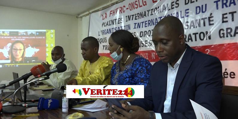 Madame Doukouré Asmaou Bah, secrétaire générale du Syndicat National des Employés avec ses collègues lors d'une conférence de presse
