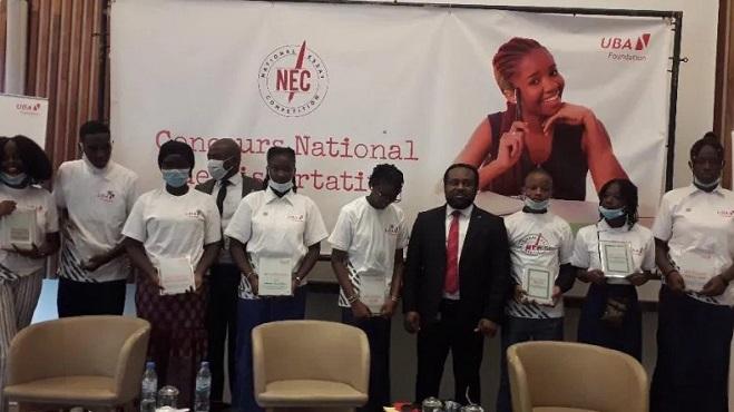 Tony Odeigah, directeur général de UBA-Guinée entouré des 12 finalistes de la première édition du concours national de la dissertation