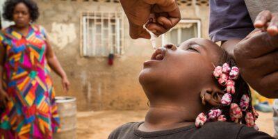 Une fille en train de recevoir sa dose de vaccin (image d'illustration)