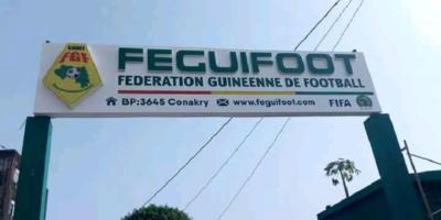 Une plaque à l'entrée du siège de la Fédération guinéenne de football (FEGUIFOOT)