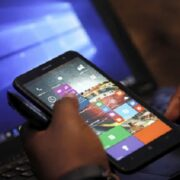 Un utilisateur en train de manipuler son téléphone (image d'illustration)