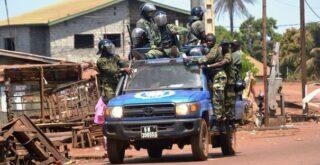 Des gendarmes dans un pick-up